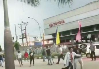 Bogor Mencekam, Pemotor Kocar-kacir Lihat Dua Kelompok Massa Terlibat Bentrokan, Kayu dan Bambu Berterbangan