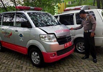 Gara-gara Main Belok Sembarangan, Pemotor Ditabrak Mobil Ambulans yang Sedang Mengantar Pasien ke Rumah Sakit