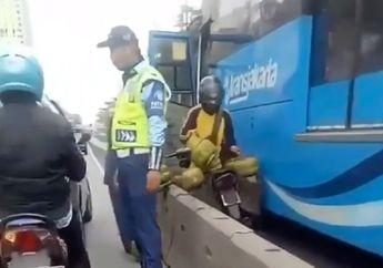 Demi Hindari Razia di Jalur Busway, Video Motor Pengangkut Gas Terjepit Bus TransJakarta, Netizen: Dia Mau Ngisi Bahan Bakar Busway Yah?