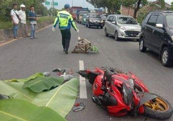 Pengendara Kawasaki Ninja 250 Langsung Ditutup Daun, Gagal Nyalip Berujung Terlindas Truk