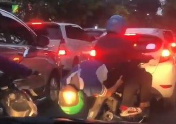 Macet Bikin Stres, Penumpang Ojek Online Malah Atraksi di Tengah Jalan, Pemotor Langsung Melongo