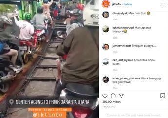 Seru!  Cara Unik Terobos Banjir Pemotor Numpang Truk Trailer