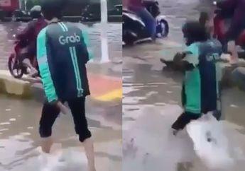 Tragis, Video Driver Ojol Tenggelam Akibat Banjir Jakarta, Netizen Malah Ketawa