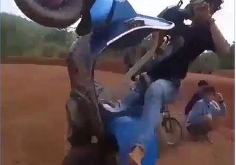 Standing dan Terbang! Vespa Tua Mau Bergaya Seperti Motocross, Malah Berakhir Tragis