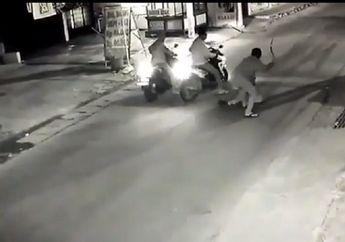 Bekasi Mencekam, Video Begal Sadis Bercelurit Beraksi Rampas Honda Vario Pengguna Jalan, Dompet dan HP Juga Hilang
