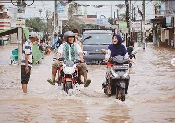 Girang Banget, Walaupun Banjir Menghadang, Pemotor di Tambun Malah Tersenyum Bahagia