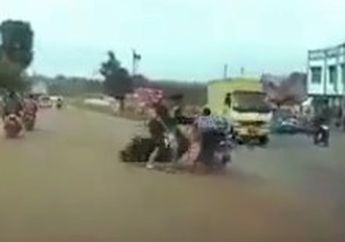 Parah Bener, Bocah Naik Honda BeAT 'Mbeerr' Tabrak Satu Keluarga di Jalan, Ketakutan Langsung Kabur