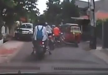 Kejadiannya di Gang Sempit, Bajaj Lagi Asyik Jalan-jalan Sore Mendadak Diseruduk 3 Motor Sekaligus