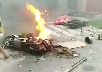 Blitar Membara, Bentrok Suporter Sepak Bola Hanguskan Puluhan Motor, Api Berkobar di Tengah Jalan