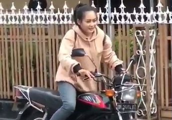 Antimainstream! Neng Cantik Tak Gentar 'Nyela' Motor Klasik, Netizen: Sini Mending Aku Boncengin