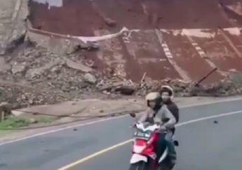 Ngeri Banget, Detik-detik Tebing Mendadak Longsor di Garut, Pemotor Tetap Santai Lewat di Lokasi
