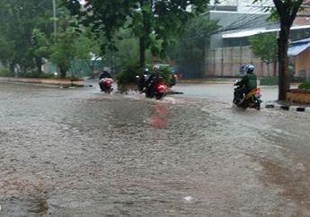 Banjir Jakarta Menelan Korban, Pemotor Tutup Usia Menghantam Trotoar, Honda Supra Tergeletak di Aspal