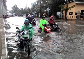 Anti Tergelincir Saat Lewati Banjir, Pakar Safety Riding Bongkar Cara Pengereman Saat Naik Motor