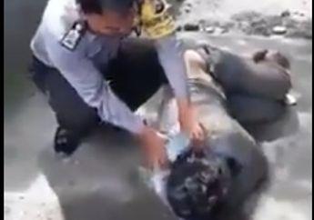 Pemotor Terkapar Masuk Got Gara-gara Mabuk Minuman Keras, Perlakuan Polisi Ini Bikin Netizen Melongo