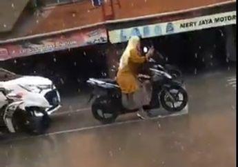 Pemotor Cuma Geleng Kepala, Emak-emak Santuy Naik Motor Sambil Main Ponsel, Padahal Hujan Deras
