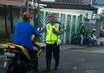 Kembali Cek cok Antara Pelangar Dan Polisi Gara Gara Enggak Pakai Helm, Ini Yang Diomongin