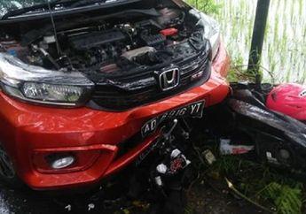Honda BeAT Gak Berbentuk Dimakan Honda Brio di Pinggir Sawah, Pemotor Kritis Mental ke Belakang Mobil