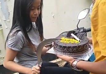Rayakan Ulang Tahun di Atas Motor, Cabe-cabean Ini Motong Kue Pake Celurit, Netizen: HBD-nya Anak STM