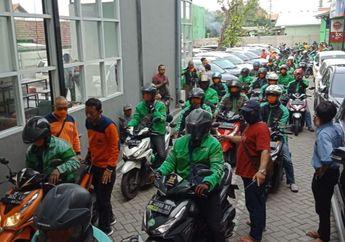 Cegah Virus Corona, Ratusan Driver Ojol Surabaya Disemprot Disinfektan
