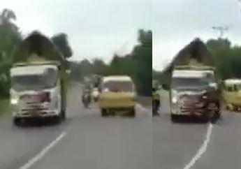 Enggak Kuat Jangan Lihat, Pemotor Honda BeAT Adu Banteng Vs Truk Cabai, Netizen: Itu Darah Ya?