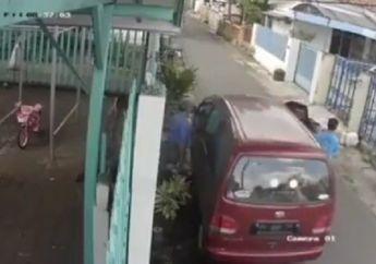 Pintu Daihatsu Espass Bikin Celaka, Seorang Pemotor Terlempar di Aspal, Kepala Nyaris Membentur Tembok
