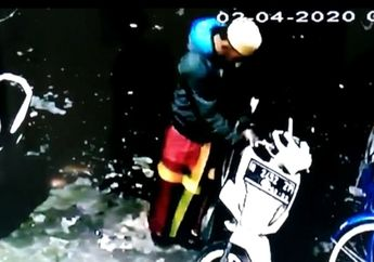 Kurang Ajar, Maling Motor Bersarung Gasak Honda BeAT Milik Jamaah Masjid, Identitas Pelaku Terekam Kamera CCTV
