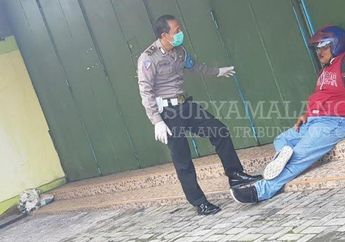 Pengendara Motor Terkapar Tabrak Trotoar, Disangka Kena Corona Warga Hanya Berani Liatin, Tunggu Polisi Berseragam APD
