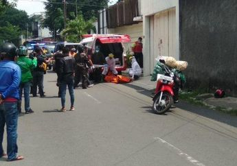 Jalanan Mendadak Macet, Seorang Pemotor Pria Mendadak Tergeletak Tak Bernyawa di Tengah Jalan, Langsung Dievakuasi Petugas Medis Dengan APD Lengkap