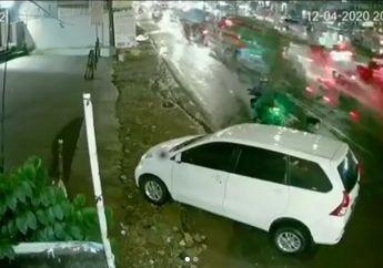 Punya Nyawa Cadangan! Meski Kondisi Jalan Ramai, 2 Pemotor Nekat Lakukan Pencurian Bermodus Pecah Kaca