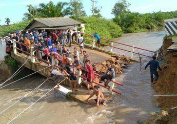 Ngeri Banget! Jembatan Desa Ambruk, Satu Pengendara Motor Hanyut Terbawa Arus