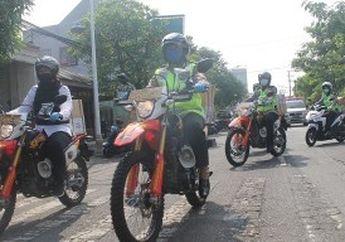 Gagah Banget! Tunggangi Motor Trail, Polwan Tulungagung Bagi-Bagi Sembako Buat Warga