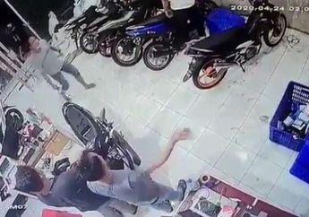 Ngeri! Video 2 Begal Bercelurit Kejar Korban Sampai ke Tempat Kerja, Netizen: Pelaku Wajib Dikremasi Hidup-hidup