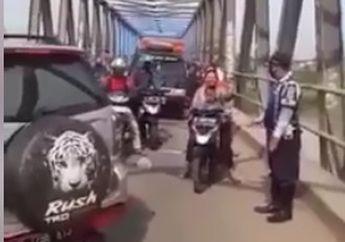 Tegas! Petugas Tutup Jembatan Perbatasan Bekasi-Kawarang, Motor dan Mobil Putar Balik