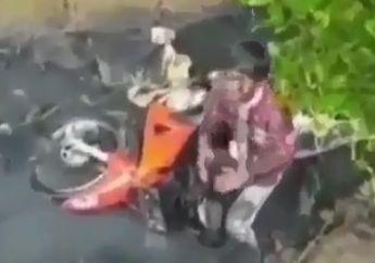 Aduh Kasian, Dua Bocah Berubah Seperti Alien Setelah Motor Bebeknya Nyungsep ke Got