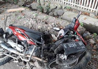 Warga Histeris, Pemotor Terkapar Gak Bergerak Tutup Usia, Suzuki Titan Hancur Hantam Pohon di Pinggir Jalan