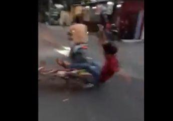 Instan Karma, Pemotor Songong Konvoi Sok Jagoan Langsung Jungkir Balik Ditabrak, Geber-geber Motor dan Tutup Jalan