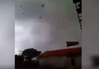 Mencekam, Video Detik-detik Angin Puting Beliung Lampung Terbangkan Atap Rumah dan Rusak Motor, Warga Teriakan Takbir