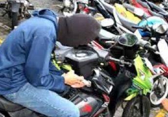 Maling Motor Yang Satu Ini Lebih Memilih Kawasaki Ninja Kinclong, Padahal Sebelahnya Ada Honda Beat, Aksinya Terekam CCTV