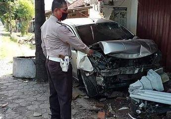Ngeri! Video Detik-detik Gagal Hindari Pemotor, Mobil Hancur Usai Seruduk Teras Rumah