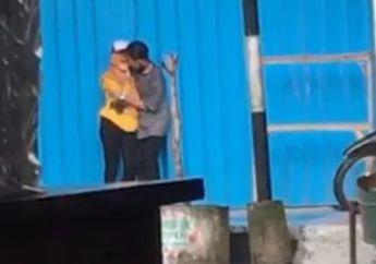 Badan Panas Dingin Lihatnya, Pasangan Kekasih Dimabuk Asmara Asyik Bercumbu di Pinggir Jalan, Pemotor Langsung Melongo