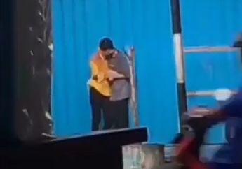 Geger Video Pasangan ABG Wikwik Ciuman Mesra di Depan Honda Supra Ketika Hujan Melanda