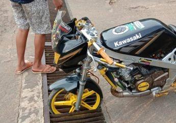 Keren atau Miris Nih Bro? Pakai Ban Cacing, Kawasaki Ninja R Tersangkut Besi Selokan, Netizen: Itu Motor Ya?