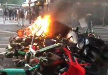 Suasana Langsung Gak Terkendali! Unjuk Rasa George Floyd Pecah di Eropa, Massa Ngamuk Bakar Motor