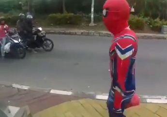 Pengendara Motor Melongo Gak Percaya, Sosok Spiderman Mendadak Muncul di Pinggir Jalan, Bawa-bawa Bungkusan Merah
