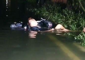 Waduh, Orang-orang Mah Lagi Sibuk Ngungsi Akibat Banjir Rob,Lah Pemuda Ini Malah Rebahan Santuy Di Motor, Kayanya Lagi...
