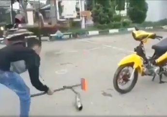 Kenapa Nih? Viral Video Pemuda Hancurkan Sendiri Knalpot Racing Miliknya Menggunakan Palu, Kena Razia Balap Liar?