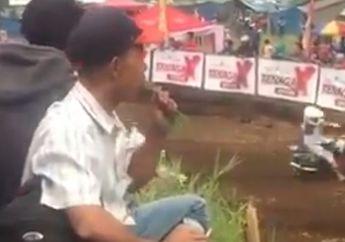 Kocak! Lagi Fokus Nonton Balapan Grassttack, Penonton Ini Malah Nyemil Makanan yang Bikin Kepala Geleng-geleng, Netizen: Mbekkkk