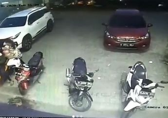 Sedih Lihatnya, Gendong Bayi Turun dari Motor Matic Masuk ke Toko Obat, Kelakuan Pasutri Ini Bikin Geleng-geleng Kepala