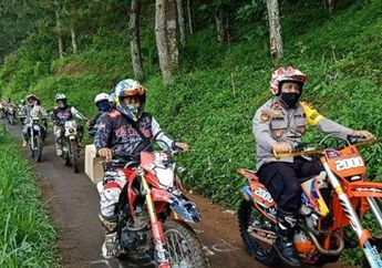 Sulit Ditembus, Kapolres Pekalongan Bagikan Sembako Pakai Motor Tril Ke Desa Terpencil
