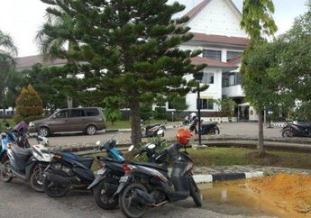 Keamanan Amburadul Di Kawasan Kantor DPRD, Helm Tamu Hilang Di Parkiran Motor Padahal Ada Satpol PP